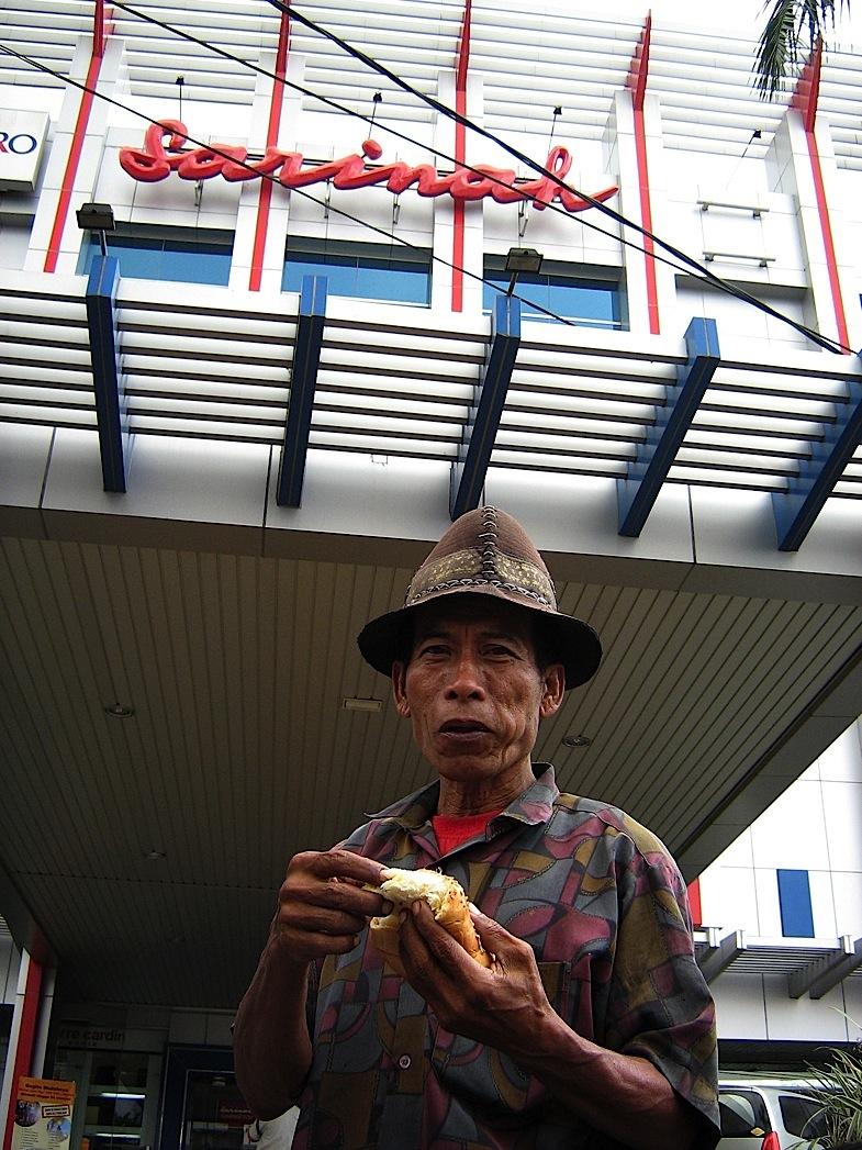 M. Ichsan (penarik becak depan Sarinah Malang)